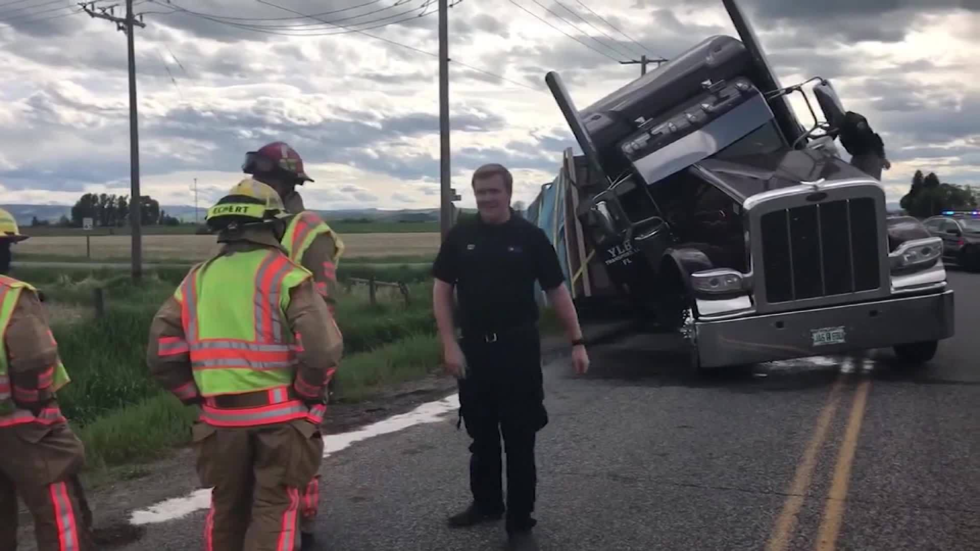 Semi_truck_crashes_while_carrying_40_000_4_20190612111841-3156058