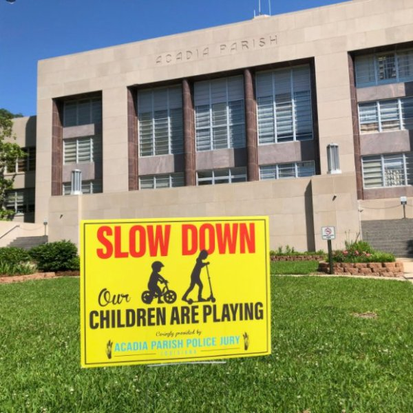 Children at play sign in front of the Acadia Parish Courthouse